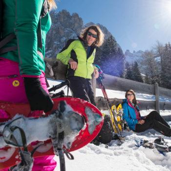 Schneeschuhwandern mit Freunden