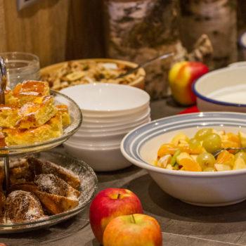 Kuchen und Obst beim Frühstücksbuffet