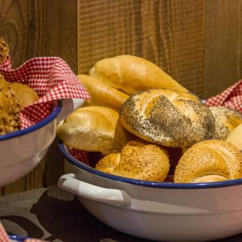 Colazione al maso con pane fresco