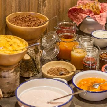 Colazione a buffet con marmellata fatta in casa